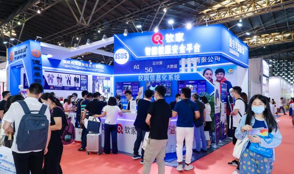 大咖莅临·签约不断·云上展览,智能校服引领中国校服流行趋势!
