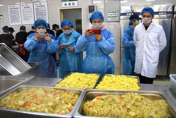 三部门立下陪餐制  中小学相关负责人应与学生共同用餐