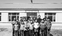 一村小9名教师12名学生 校内无体育器材