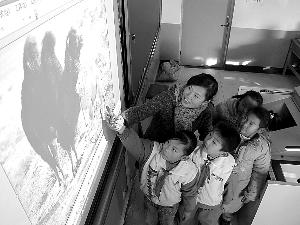 """山东省滨州市滨城区杨柳雪镇实验小学老师在""""电子白板""""进行教学"""