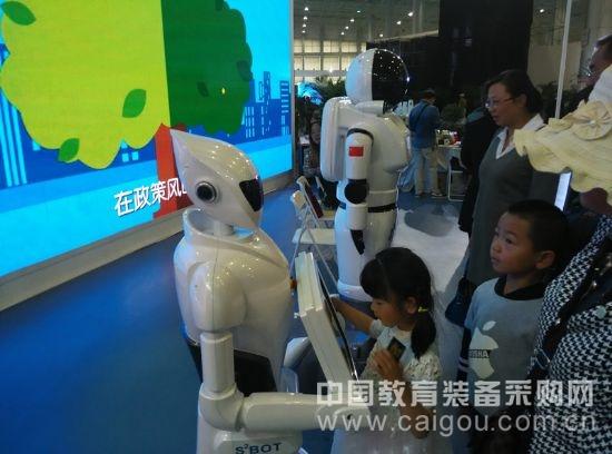 智能佳第四代多功能服务机器人亮相青海